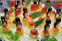 Kleine Pinguine mit Traubenfrack und Karottenfüßchen (Rezept mit Bild) | Chefkoch.de