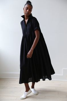 The Victoria Dress by Khadi & Co is a great spring/summer piece. Woven of incredibly soft cotton this dress is breezy. Minimal Fashion, White Fashion, Look Fashion, Fashion Outfits, Womens Fashion, Dress Skirt, Dress Up, Minimal Dress, Style Minimaliste