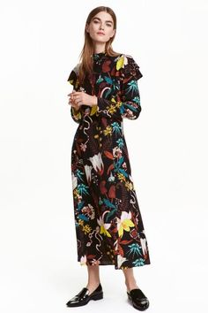 Patterned dress: Calf-length, straight-cut dress in a patterned viscose crêpe weave with a small stand-up collar, frills at the top, an opening with covered buttons at the back of the neck and long sleeves. Unlined.