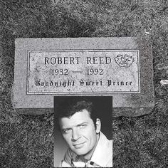 Robert Reed the brady bunch dad Mike Brady Cemetery Headstones, Old Cemeteries, Cemetery Art, Graveyards, Unusual Headstones, Robert Reed, Peace In The Valley, Titanic Artifacts, Gardens Of Stone