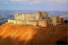Krak des Chevaliers, in Syria, initially a small fortress constructed by the… Classic Architecture, Beautiful Architecture, Beautiful Landscapes, Knights Hospitaller, Knights Templar, Krak Des Chevaliers, Templer, Middle Ages, Middle East
