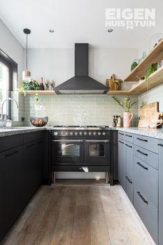 20 Gorgeous Kitchen Design Ideas to Inspire Your Next Remodel - The Trending House Diy Kitchen Decor, Wooden Kitchen, Kitchen On A Budget, Home Decor, Elegant Kitchens, Black Kitchens, Home Kitchens, Loft Kitchen, Best Kitchen Designs