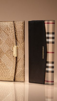 Burberry Handbags Heritage-inspired wallets in grainy leather and Horseferry check featuring signature shades of red gold and black. Burberry Gifts, Burberry Women, Burberry Handbags, Prada Handbags, Purses And Handbags, Burberry Bags, Burberry Plaid, Look Fashion, Fashion Bags