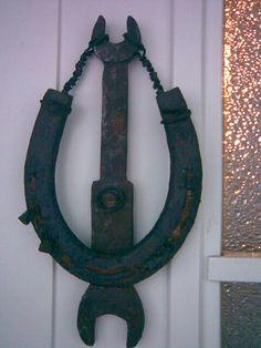 Ovenkolkutin vanhoista ruostuneista esineistä...