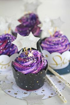 Make these Magical Galaxy Cupcakes they are made easy with no colored buttercream trick. No more mess and fuss, these Galaxy Cupcakes are super delicious and very easy to make! Cupcake Recipes, Cupcake Cakes, Dessert Recipes, Galaxie Cupcakes, Köstliche Desserts, Delicious Desserts, Galaxy Cake, Purple Cakes, Lemon Buttercream