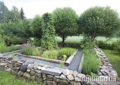 Potager voi olla puutarhan komein juttu. Luonnonkivimuurit nostavat keittiötarhan esille ja tekevät siitä kutsuvan. www.kotipuutarha.fi