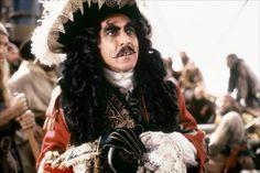 """Nel 1991 è la volta di Capitan Uncino: nel film fantasy """"Hook - Capitan Uncino"""" diretto da Steven Spielberg, Hoffman veste gli strampalati panni del più acerrimo nemico di Peter Pan, il cattivissimo capitano senza una mano che dà il titolo al film."""