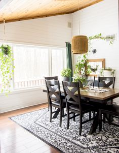 Home Decor Farmhouse Do you love boho style homes? Chances are, training indoor plants are a staple in the photos you love! Learn how to care for and style indoor climbing plants. Farmhouse Design, Modern Farmhouse, Farmhouse Decor, Farmhouse Style, Home Decor Styles, Cheap Home Decor, Dining Room Curtains, Dining Rooms, Dining Decor