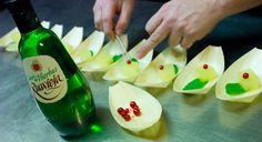 Ósmosis de melón y licor de hierbas Ruavieja  - Melón cortado en cubitos - licor de hierbas Ruavieja - recipiente profundo - Máquina envasadora al vacío    Sumergir el melón en el licor y colocar el recipiente sin tapar en la envasadora. Programar 45 segundos de vacío y 30 segundos de gas (durante el proceso el jugo del melón saldrá y mezclará con el licor, al terminar el proceso y completarse el vacío el licor penetrará dentro del melón, esta técnica se llama ósmosis).