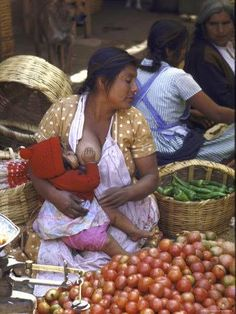 Marchande de fruits et légumes allaitant sa fille au marché, à Mexico City Photographe : John Dominis, janvier 1968 Collection Time and Life Pictures #allaitement_mexique