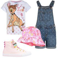 Salopette in jeans con pantaloni corti, decorata con cuoricini. Sotto, t-shirt stampata in cotone. Divertenti sneakers in tela rosa alte alla caviglia, con varie decorazioni da attaccare ai lacci colorati. Cappello 100% cotone a fantasia floreale.