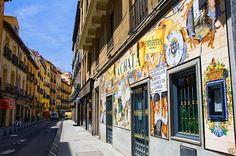 Calle de la Cava Baja en Madrid, Madrid El epicentro del histórico barrio de La Latina, un laberinto de calles estrechas que se extienden al sur de la Plaza Mayor y de la calle Segovia, es una calle diagonal llena de excelentes bares de tapas y restaurantes tradicionales. Su animada atmósfera se extiende sobre las calles y plazas cercanas, como Almendro, Cava Alta, la Plaza del Humilladero y la Plaza de la Paja.