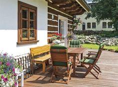 Prostorná dřevěná terasa nabízí spoustu místa k posezení, pro květiny i k dětským hrám Timber Cabin, Rustic Home Design, Outdoor Furniture Sets, Outdoor Decor, Home Reno, Outdoor Living, Pergola, Porch, Cottage