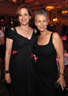 Jamie Lee Curtis and Sigourney Weaver. Two bitching babes! Ellen Ripley, Divas, Janet Leigh, Sigourney Weaver, Jamie Lee Curtis, Actrices Hollywood, Ageless Beauty, Tall Women, Hollywood Stars
