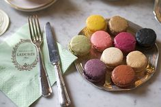 After salivating over French macarons at the Sweet Lobby, I totally would love to make this vegan version!