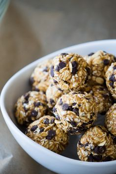 Powdered peanut butter and mini chocolate chips make these 'Skinny' Energy Bites super satisfying without any guilt by reducing fat calories. Gluten, Dairy and Soy Free! The same peanut butter energry bites you love with way fewer calories! Protein Snacks, Protein Bites, Low Calorie Snacks, No Calorie Foods, Low Calorie Recipes, Healthy Protein Balls, Low Calorie Protein Bars, Low Carb, Low Calorie Peanut Butter