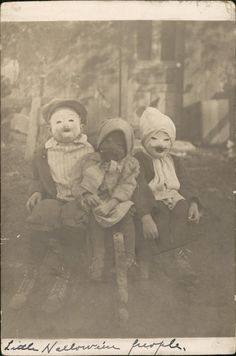 "odditiesoflife: ""Creepy Vintage Halloween Photographs These wonderfully creepy images of Halloween's past come from the book, Haunted Air. The book features dozens of anonymous vintage Halloween. Retro Halloween, Halloween Fotos, Vintage Halloween Photos, Creepy Halloween, Halloween Pictures, Halloween Kids, Happy Halloween, Creepy Kids, Creepy Children"