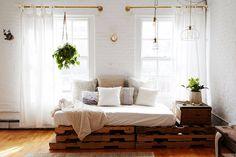 Plantes suspendues et mobilier en palettes dans ce #loft bohème | Blueberry Home