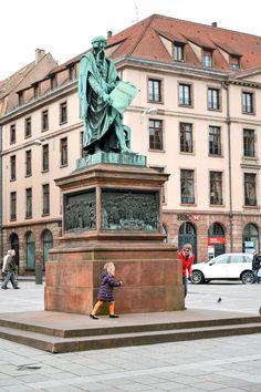 Der Gutenberg Platz in Straßburg, darunter die Tiefgarage, so daß man genau in der Mitte der Altstadt, die von den beiden Illarmen umschlossen ist ankommt. Nur 100 Meter weiter der Straßburger Münster, eine gute Orientierungshilfe. Im Winter: Der Weihnachtsmarkt Le Village du pays, invité - im Sommer steht hier oft ein Kinderkarussel