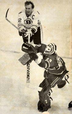 Ken Dryden and Wayne Cashman. Stars Hockey, Ice Hockey Teams, Hockey Goalie, Hockey Stuff, Nhl Highlights, Montreal Canadiens, Hockey Canadien, Ken Dryden, Goalie Pads