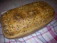 Teljes kiőrlésű magvas kenyér jénaiban sütve