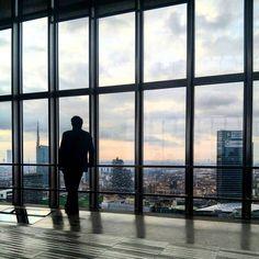 """Deep in thought...  Immersi nei pensieri... Vi sentite mai così? Immersi nei vostri pensieri e totalmente inconsapevoli del resto. A noi succede soprattutto in periodi intensi come questo in cui ci ritroviamo a """"imbambolati"""" davanti a qualcosa risvegliandoci solo dopo un bel po'. Ieri dalla cima del Grattacielo Pirelli abbiamo osservato a lungo quest'uomo chiedendoci quali fossero i suoi pensieri. Chissà..."""