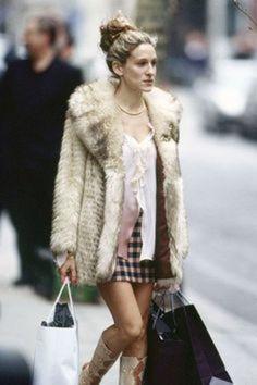 ボリュームコートにはコンパクトなチャックのミニスカートでカジュアルダウン。ゴージャスなファーのコートをデイリーに着こなしたスタイル。