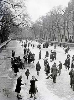 January Winter in Amsterdam during German occupation. The photo was shot at the Keizersgracht. Amsterdam City Guide, Amsterdam Canals, Old Pictures, Old Photos, Amsterdam Holland, History Photos, Europe Destinations, Back In The Day, Rotterdam