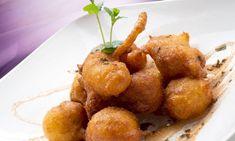 Buñuelos de boniato espolvoreados con canela y miel, un dulce tradicional sencillo de preparar. mmmmmmm
