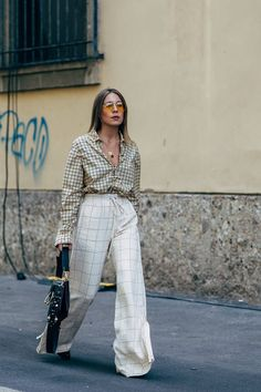 Milan Fashion Week Street Style Is Filled With a Whole Lot of Fendi and Prada – Outfit Inspiration & Ideas for All Occasions Fashion Mode, Moda Fashion, Trendy Fashion, Fashion Outfits, Fashion Trends, Fashion 2018, Feminine Fashion, Fashion Weeks, Fashion Stores