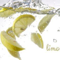 Un altro alleato naturale per la pulizia del forno è il limone! Inforna una teglia dai bordi alti con acqua e il succo di almeno 3 limoni. Lascia acceso il forno a 180° per circa mezz