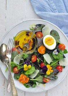 Salade comestible avec des fleurs et laitue
