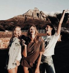 Photos, mountains and friends! Best Friend Pictures, Bff Pictures, Family Pictures, Best Friend Fotos, Friend Poses, Fashion Photography Poses, Children Photography, Cute Friends, Best Friends Forever
