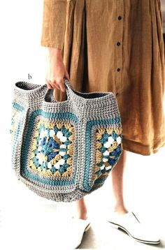 Easy knit shawl patterns for beginners Japanese patterns and designs Crochet Flower Patterns, Shawl Patterns, Crochet Handbags, Crochet Purses, Knitted Bags, Knitted Shawls, Freeform Crochet, Knit Crochet, Yarn Bag