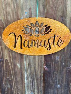 """Spruchtafel """"Namaste"""" Rostige Spruchtafel """"Namasté"""" und Lotusblume mit Loch zum Aufhängen. Oft gehört und vor allem mit Indien und Yoga in Verbindung gebracht, hat dieses Wort vermutlich jeder schon einmal gehört. Doch was bedeutet es? Eine Verneigung mit dem Namaste-Gruß drückt Dankbarkeit, Selbstliebe, das Finden..."""