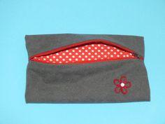 Estuche de tela gris con flor roja. Estuche antelina por Hermitinas, €4.00