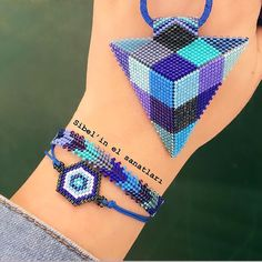 Fun and unique friendship bracelet ideas kids will love to make for their BFFs! Friendship bracelets make a great summer Friendship Bracelets Tutorial, Bracelet Tutorial, Bracelet Patterns, Bracelet Designs, Braided Bracelets, Brick Stitch, Beaded Embroidery, Instagram, Triangles