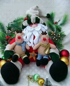 Free pattern for Santa and Reindeer Babies Felt Christmas Ornaments, Christmas Toys, All Things Christmas, Christmas Holidays, Christmas Wreaths, Christmas Decorations, Halloween Crafts, Holiday Crafts, Christmas Sewing Projects