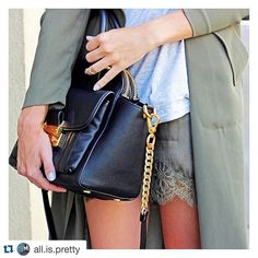 You can mix and match the Amina double zip handbag perfectly during every occasion @all.is.pretty proves this again with her look. #mh #matthewharris #style #blogger #fashionblogger #ootd #bag #instafashion #worldofmatthewharris