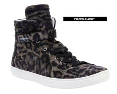 Furia animal! Here is another release precious to give a touch more stripped in their casual looks. Grey leopard print hi-top sneakers from Pierre Hardy featuring a round toe, a top lace up fastening, an over-sized ribbed tongue, a velcro strap fastening at the ankle, a minimal panel design and a contrasting white rubber sole. Available here.