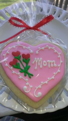 Mother's Day heart with roses decorated sugar cookie.  Galleta decorada para Dia de la Madre.