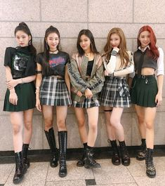 itzyofficialfc ✨There's ITZY at Inkigayo too✨ Our first week of debut promotion which seems like a dream to us has ended well👏👏Thank you to all of our fans who cheered and watched ITZY took our first step! Please love ITZY a lot in the future too👀🐹💘 Stage Outfits, Kpop Outfits, Cute Outfits, Girl Outfits, Fashion Outfits, Vixx, Kpop Girl Groups, Kpop Girls, Shinee