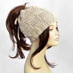 Transformateur à la main chapeau-foulard ou un bonnet avec trou pour queue de cheval ou queue de cochon.  Comment mesurer votre tour de tête : https://img0.etsystatic.com/048/0/10089729/il_fullxfull.708450502_iunk.jpg  La circonférence de la tête factice : 55cm 6 7/8 - S  25 % laine, 75 % acrylique 100 % fait main  * Main lavent dans leau froide et laïc plat pour sécher. * Couleurs réelles peuvent différer de la couleur sur votre écran en raison de restricti...