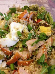 Lunchsalade van quinoa met gerookte kipfilet, avocado, gekookte eieren, bosuitje, rucola en beetje olijfolie. En natuurlijk hennepzaad, zonnebloempitjes en sesamzaad.