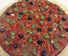 PIZZA NERA Pizza preparata con un impasto a base di grano integrale macinato a pietra e lievito madre condito con pomodorini a crudo, un misto di olive verdi e nere di Gaeta, origano, aglio e olio extravergine e poi cotto in forno.