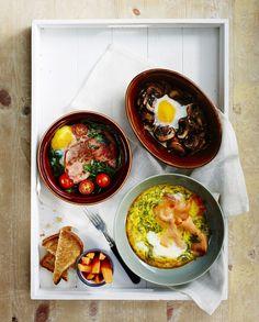 Kulhomunakas, rapea maalaisleipä, höyryävä kahvi ja hedelmät. Kiireetön aamiaishetki taittaa väsymyksen hetkessä.