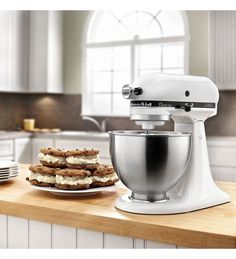 This KitchenAid tilt-head stand mixer's stainless-steel bowl provides ample room for ingredients. Flat beater, dough hook and whisk attachments and 10 mixing speeds offer versatility, so you can easily prepare a variety of recipes. Stand Mixer Reviews, Best Stand Mixer, Stand Mixers, Best Pecan Pie, Pecan Pie Bars, Kitchen Aid Artisan, Kitchen Aid Mixer, Small Kitchen Appliances, Kitchen Countertops