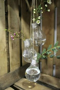 Our suggestions for making an original vase vase and cheap Recycled Light Bulbs, Vase Deco, Small Space Interior Design, Bottle Crafts, Unique Home Decor, Rustic Style, Flower Vases, Decorative Items, Terrarium