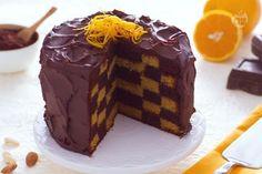 La torta a scacchi è un dolce maestoso e gustoso che ricorda nella forma l'omonimo gioco da tavolo.