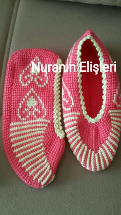 This Pin was discovered by Cıc Crochet Slipper Pattern, Crochet Shoes, Crochet Slippers, Tunisian Crochet, Knit Crochet, Afghan Stitch, Diy And Crafts, Baby Shoes, Shoes